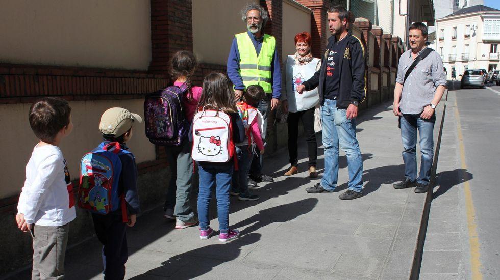 Los candidatos del BNG de Lugo, encabezado por Rubén Arroxo, se convirtió en agentes de movilidad y presentaron itinerarios escolares seguros