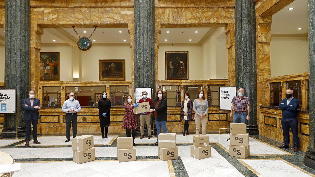 Pablo Junceda.Trabajadores del Banco Sadabell de Asturias, León y Galicia donan tablets a 80 familias en riesgo de exclusión social.
