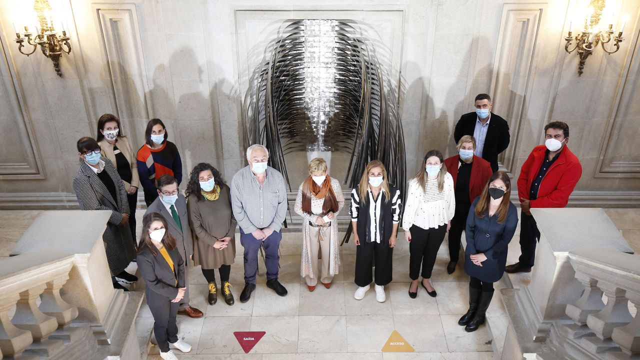 Inauguración de la escultura de Soledad Penalta en la entrada de la Diputación