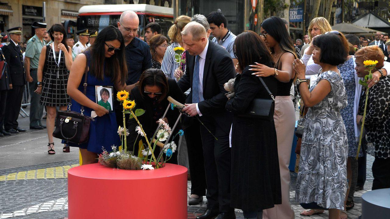 Ofrenda floral en el mosaico de Joan Miró de La Rambla de Barcelona.