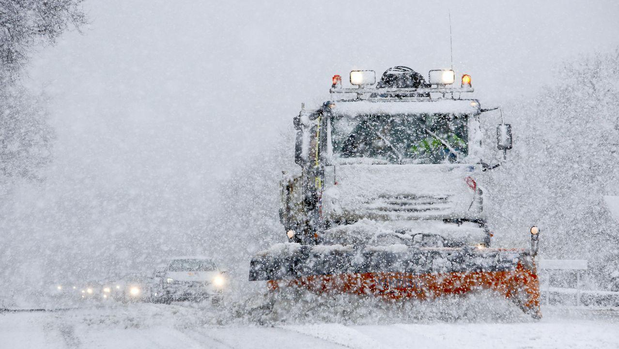 Imágenes que dejaron las nevadas en la montaña de A Pobra do Brollón.La borrasca Helena causa desperfectos en el parque del balneario en A Compostela