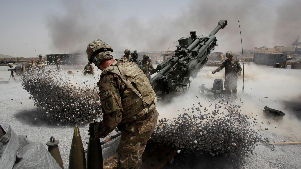 Soldados estadounidenses disparan obuses desde la base de Seprwan Ghar, en la provincia afgana de Kandahar