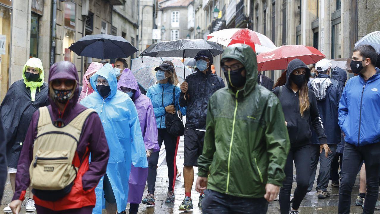 Día de lluvia en Compostela.Miembros de la asociación de la Vía Künig y concejales de Lugo y la alcaldesa