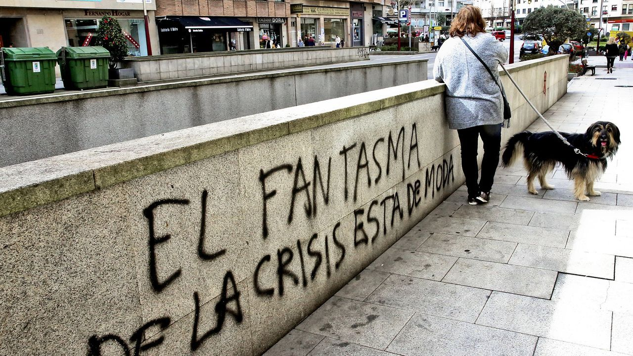 Un centenar de personas evita el desahucio de una mujer de 72 años en Gijón.Ada Colau es alcaldesa de Barcelona