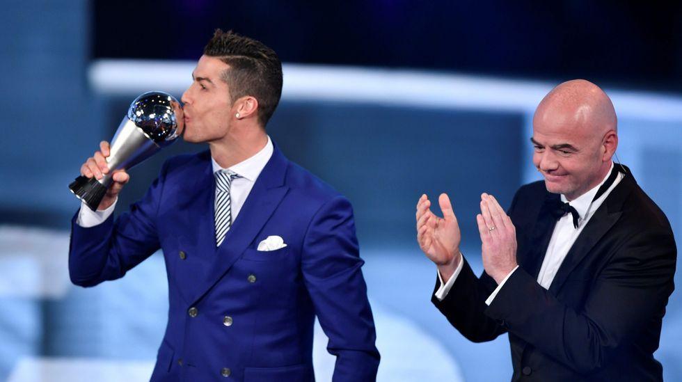 Carlos Slim repite partida de dominóen Avión.Cristiano Ronaldo, mejor futbolista del 2016 según la FIFA