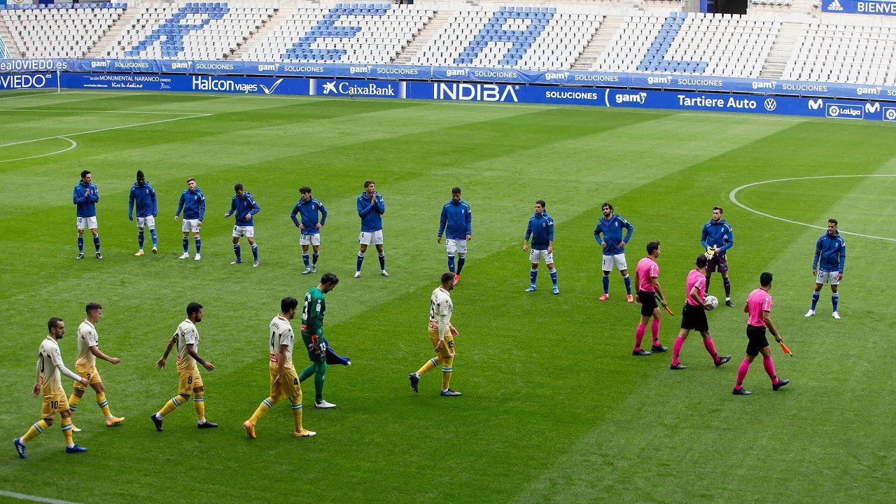 Los jugadores del Oviedo y del Espanyol saltan al césped del Tartiere