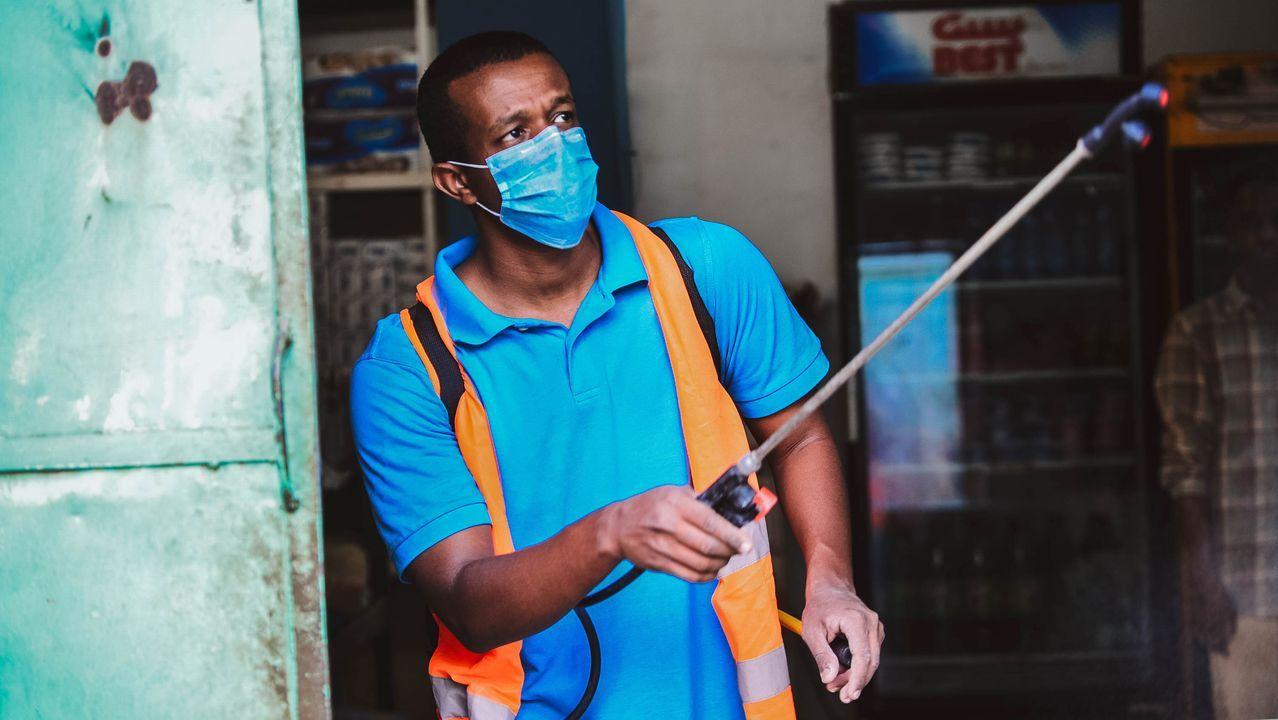 Un sudanés rocía desinfectante como medida preventiva frente al coronavirus