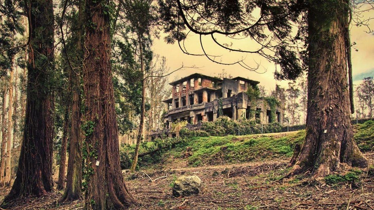 Sanatorio de Oza. En el ahora llamado municipio de Oza-Cesuras, está en estado completamente ruinoso y figura en la lista negra de Patrimonio, Hispania Nostra