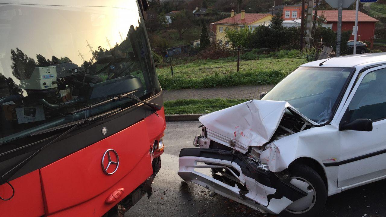 Castro de Elviña: choque frontal entre un bus urbano y un turismo