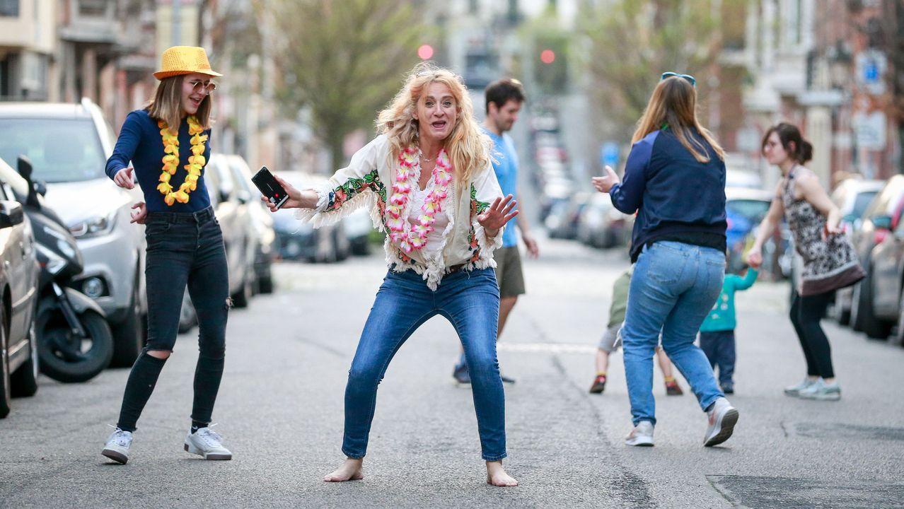 La pandemia en el mundo.Residentes en Bruselas bailaban ayer en la calle, manteniendo las distancias. Aprovechaban la música que sonaba tras los habituales aplausos al personal sanitario.