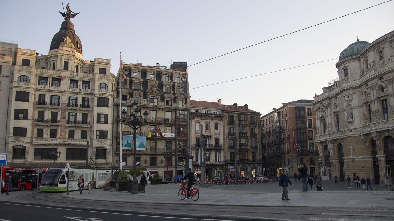 bilbao.En 1983, a la reconversión industrial (en Bilbao estaba la empresa más importante de España, los Altos Hornos) se sumaron las fuertes inundaciones que anegaron el centro urbano