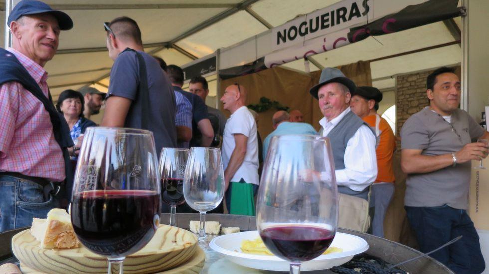 Las fotos del primer día de la Mostra dos Viños de Pantón.La Praza Maior acogerá puestos de degustación y venta de  pan romano