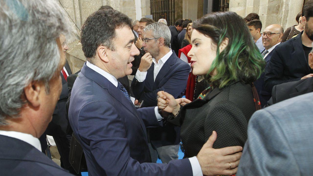 <span lang= gl >Medallas Castelao para a perfecta mistura de traballo e talento</span>.El presidente, con el grupo de premiados en el acto de ayer en Santiago
