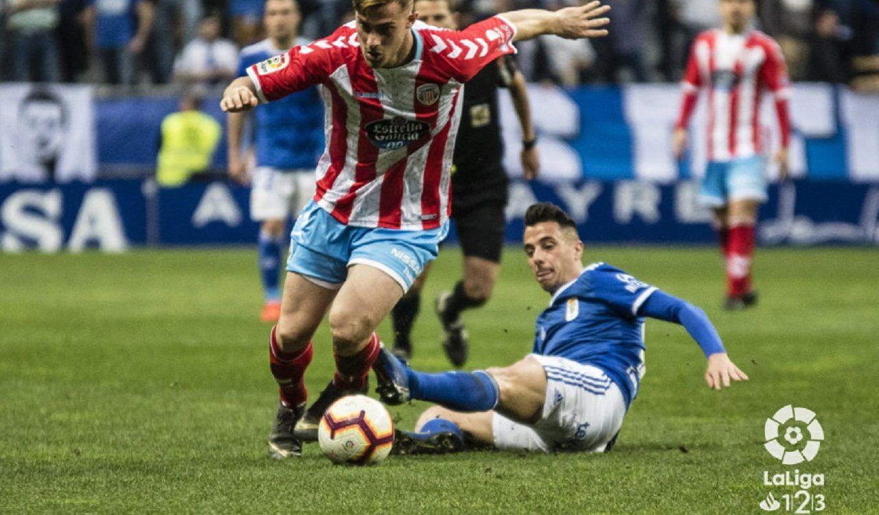 Tejera Real Oviedo Lugo Carlos Tartiere.Tejera lucha por un balón frente al Lugo