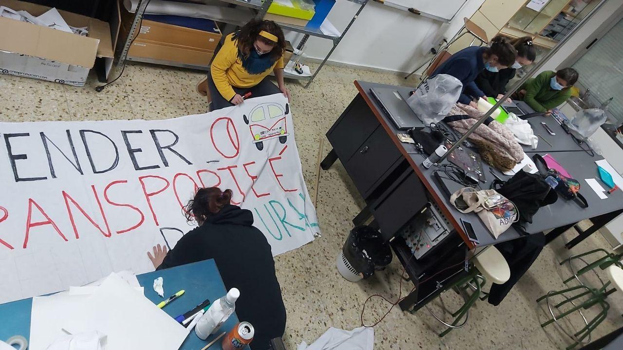 Preparación de una pancarta en la reunión que mantuvo el viernes el anpa del colegio de O Courel