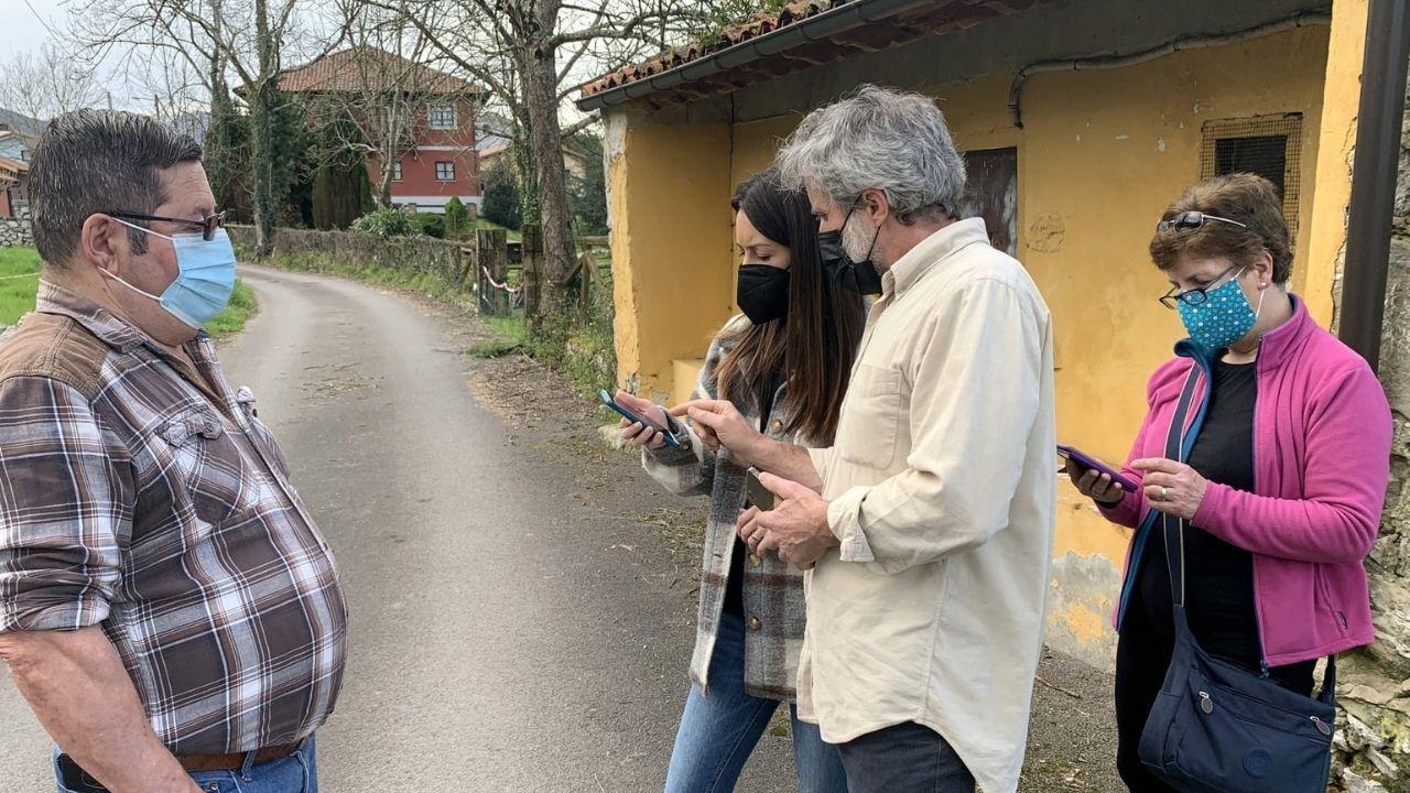 Xuan Valladares, en el centro, con vecinos que han participado en el plan contra la velutina en Llanes