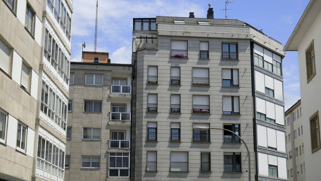 Persianas cerradas de un edificio en la calle San Roque por la ola de calor