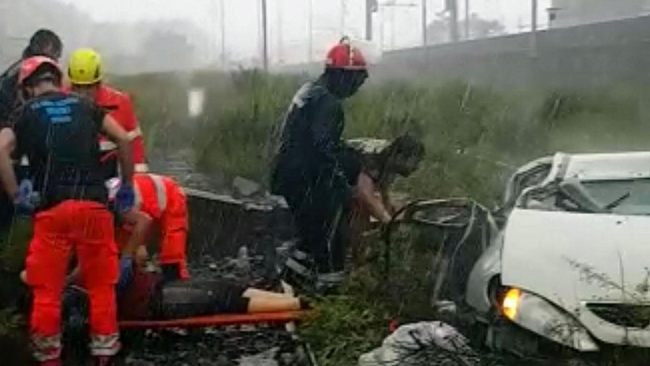 Miembros del equipo de rescate atienden a una de las víctimas