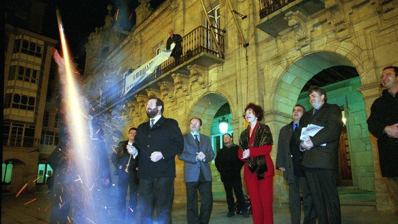 Orozco. lanzando un cohete el 30 de noviembre del 2000 ante otros concejales, para celebrar el título logrado por la Muralla