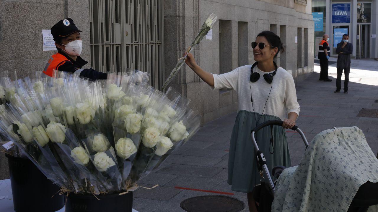 DÍA DE LA MADRE.El Concello de Ourense regaló rosas blancas a las madres