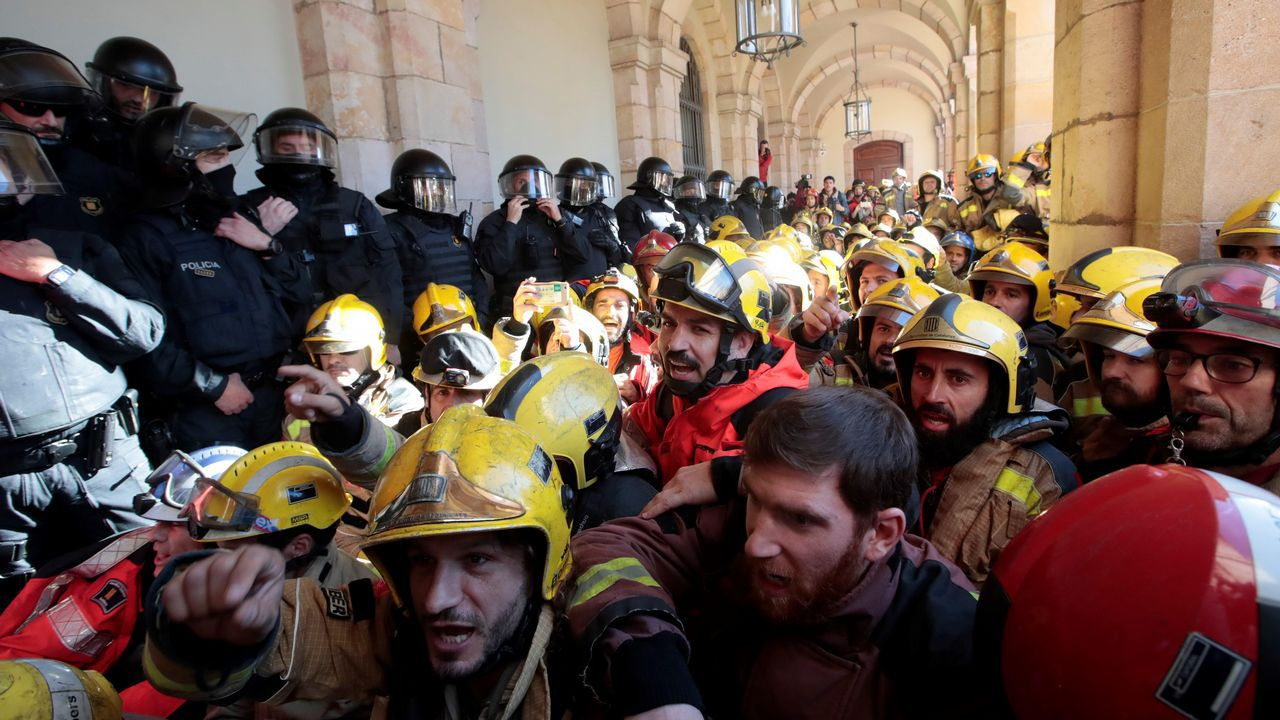 Un policía de Vigo, herido durante los disturbios en Barcelona.Decenas de bomberos denunciaron el deplorable estado de sus parques de trabajo