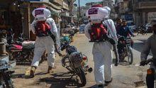 Voluntarios durante una operación para descontaminar las calles de Idlib, al noroeste de Siria, en medio de la pandemia del coronavirus