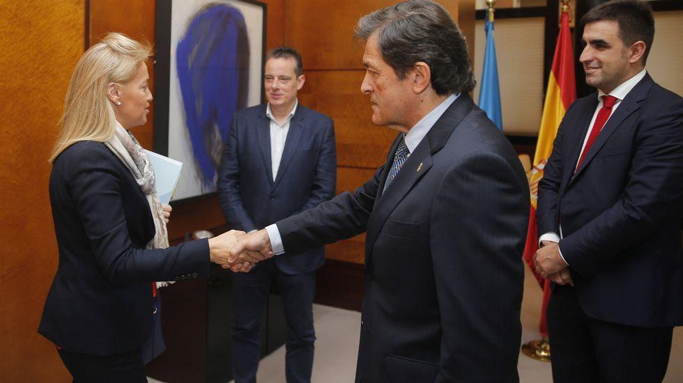 El presidente del Principado, Javier Fernández, y el rector de la Universidad de Oviedo, Santiago García Granda, firman el contrato-programa.El presidente del Principado de Asturias, Javier Fernández (2d), y la presidenta de Foro, Cristina Coto (i), al inicio de la reunión para abordar la negociación del proyecto de Presupuestos Generales del Principado de Asturias para 2018