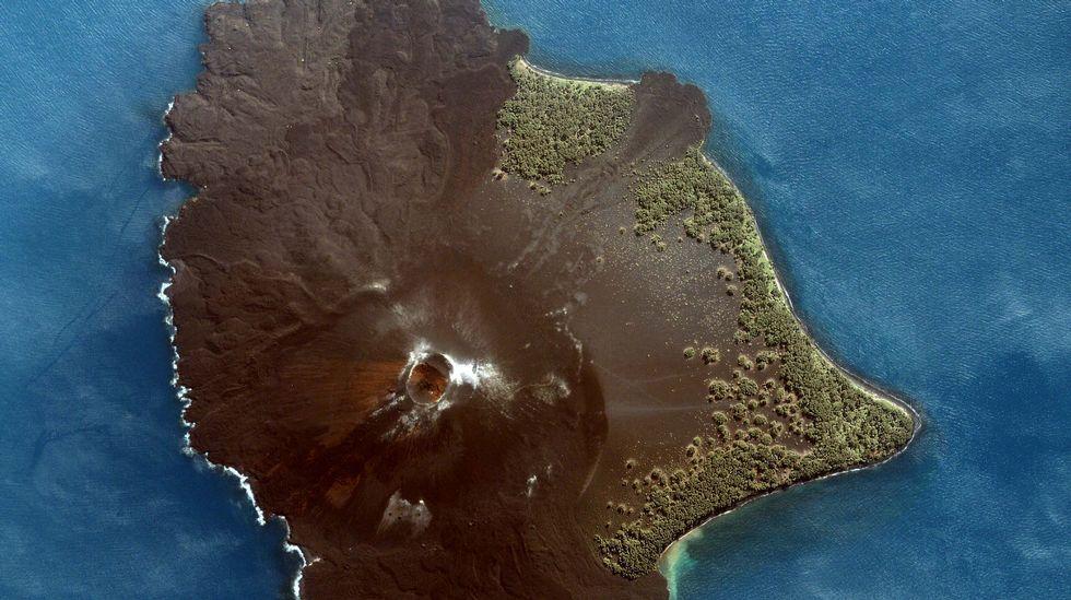 La devastación en Indonesia, desde el aire.Foto aérea de la isla formada por el volcán Krakatoa