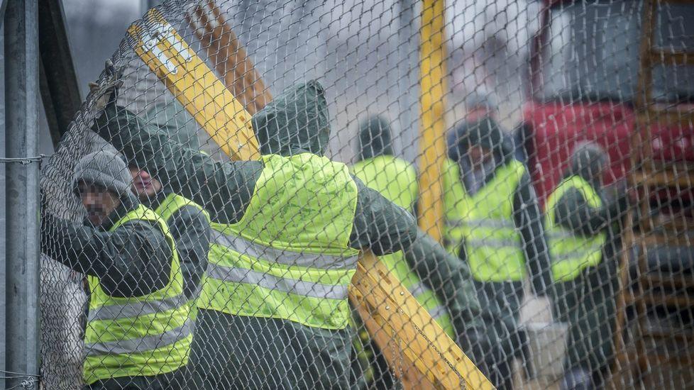 El talento de Ángela Salvadores.Varios convictos trabajan en la construcción de la nueva valla