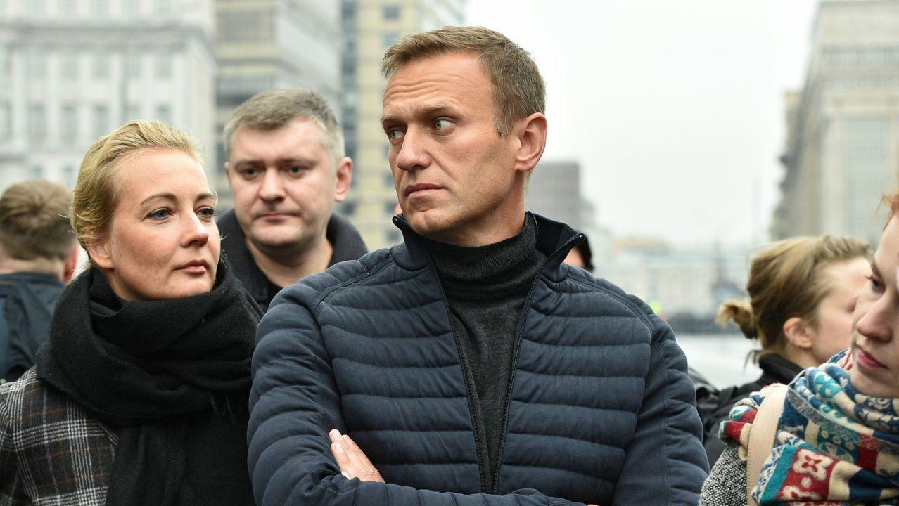 Paramédicos alemanes guardan la camilla medicalizada donde trasladaron a Navalni.Alexánder Litvinenko, fue un opositor ruso envenenado en el 2006 con polonio, que murió días después a causa de la intoxicación