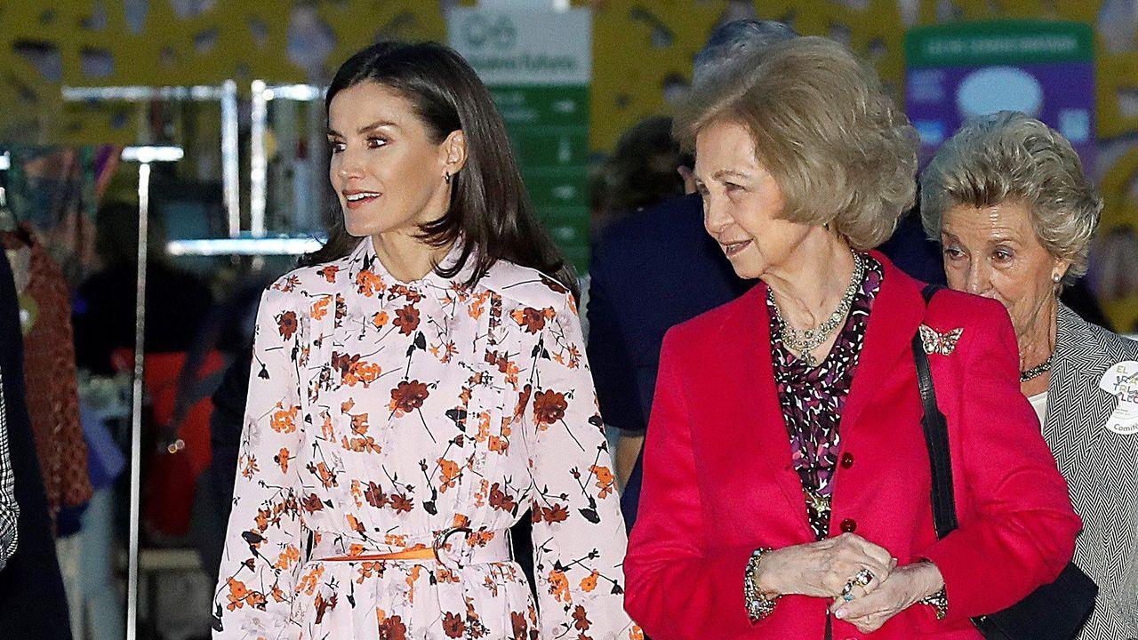 Las reinas Letizia y Sofía, juntas de mercadillo.Unha oficina de expedición do carné de identidade, o documento que acompaña aos españois toda a vida desde que se saca por primeira vez