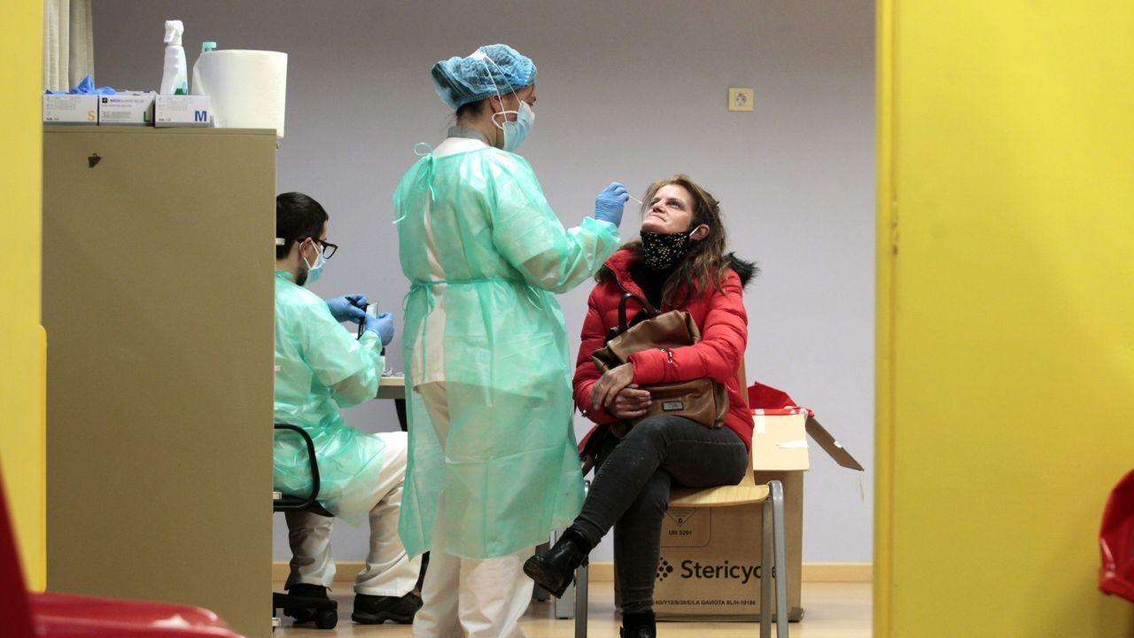 Cribado en busca de casos de coronavirus realizado recientemente en el centro de salud de Quiroga, donde ahora se llevan a cabo las vacunaciones
