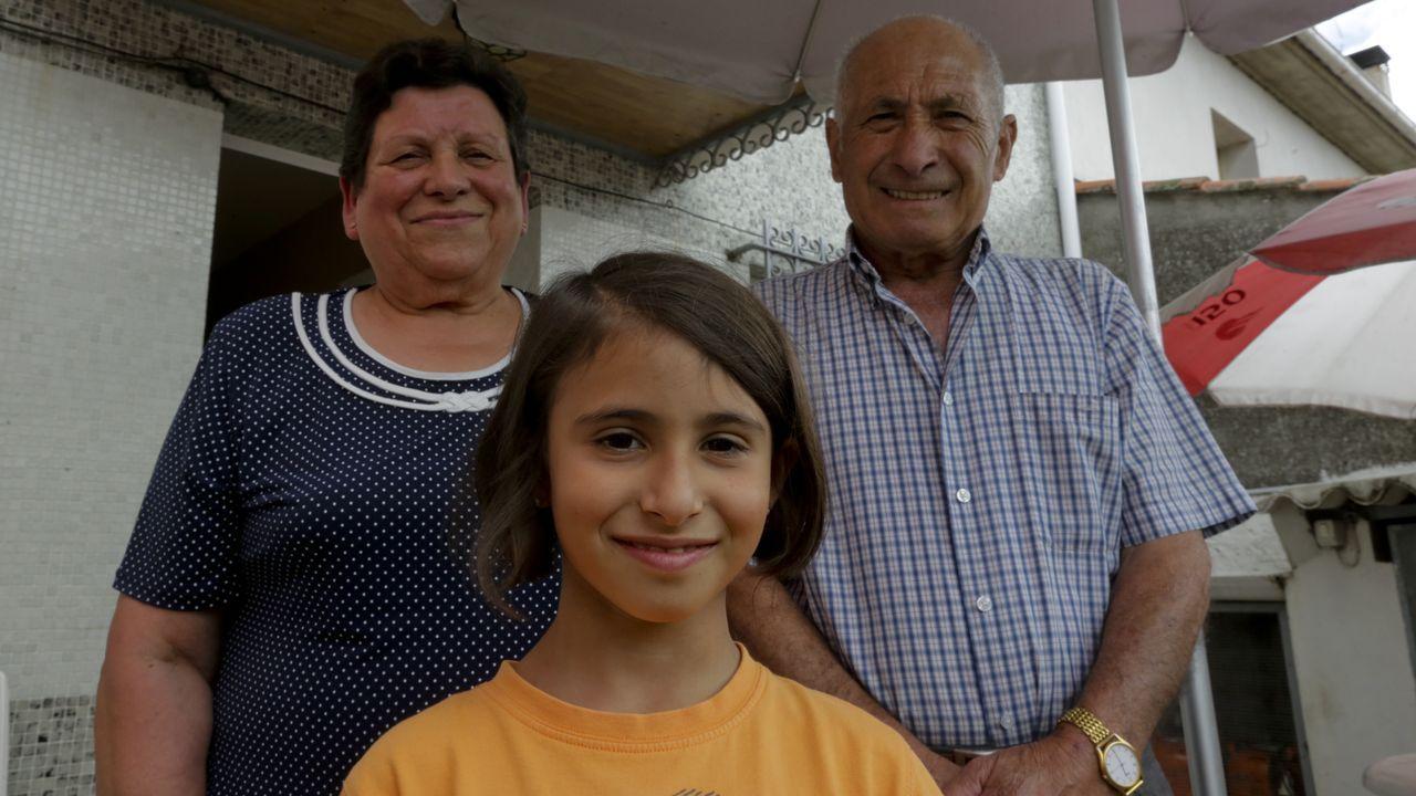 La alegría de Maruja y Enrique. Claudia, de 7 años y vecina de Betanzos, pasa las horas con sus abuelos en Montellos, a las afueras del municipio. «Tenerla aquí es una alegría», dicen.