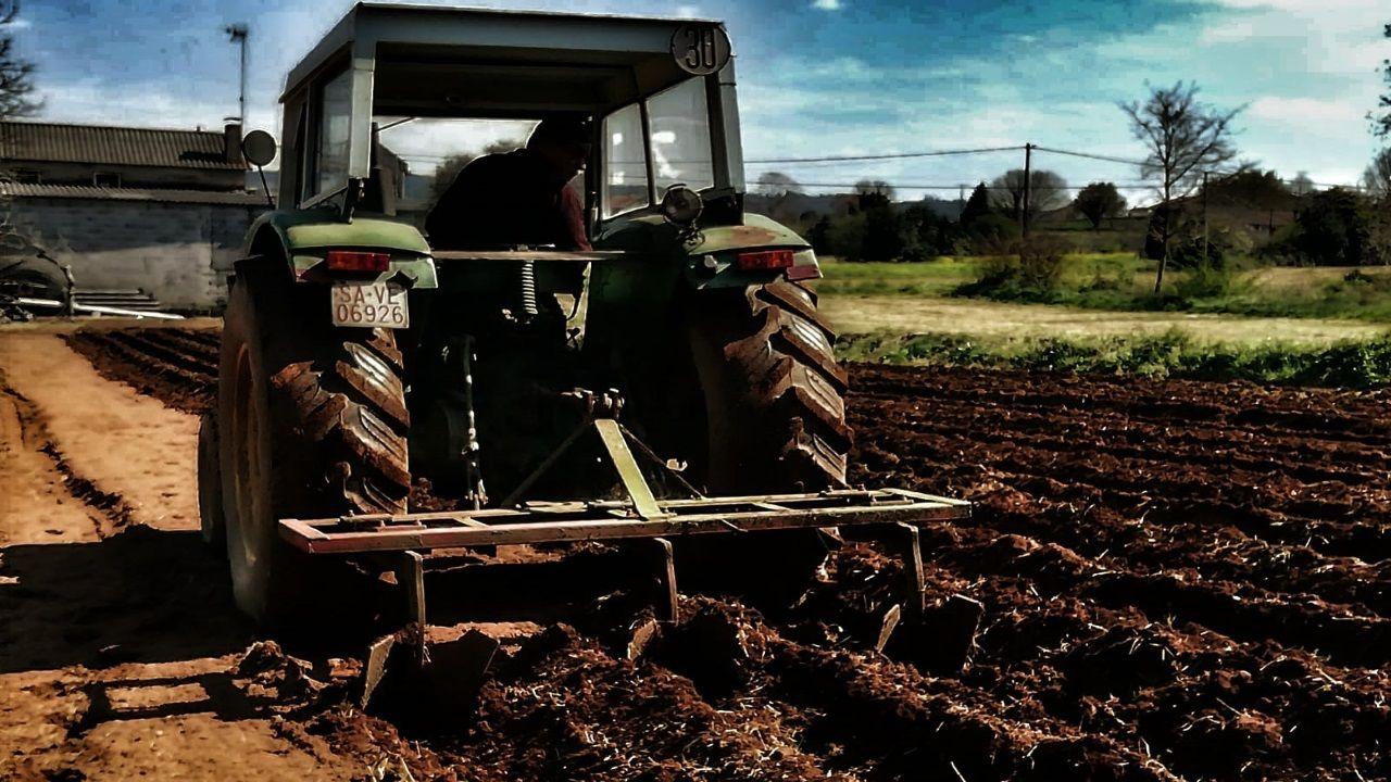 Jose hara estos días la tierra para plantar una de las cosechas previstas para el verano
