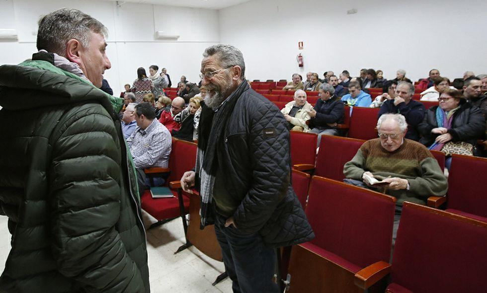 Manuel Canosa y Pepe Mira conversan con el auditorio al fondo durante la reunión de Cee.