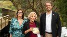 En la foto, Manuela Carmena con la medalla de chocolate, flanqueada por Ana Belén Traseira, directora del centro asociado de la UNED en Lugo y Carlos García, concejal focense y gestor de administración de la UNED, ambos codirectores del proyecto «Lugo NaturalMente».
