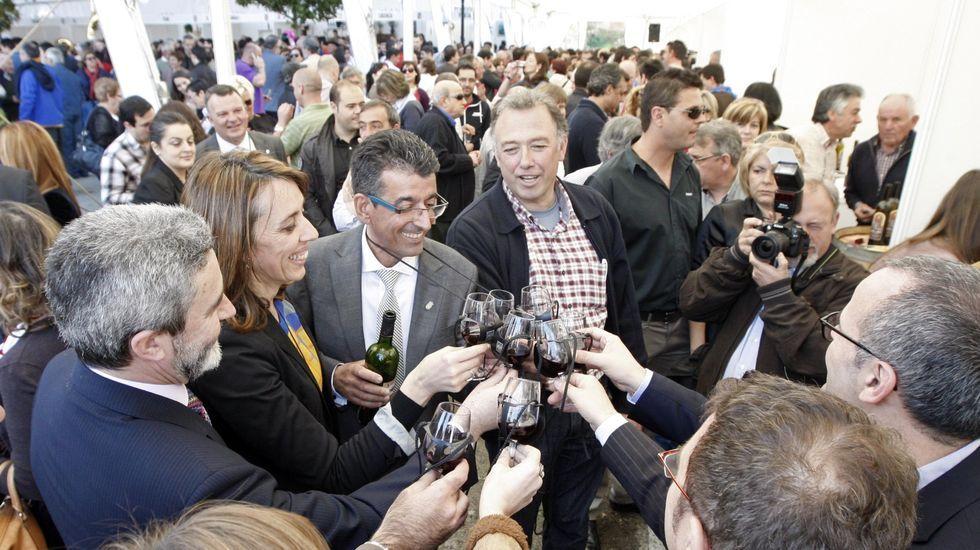 Las fotos de la ruta entre Samos y O Courel.Luis Fenández Guitián y José Manuel Rodrígue (los dos en el centro) brindan en una Feira do Viño de Amandi