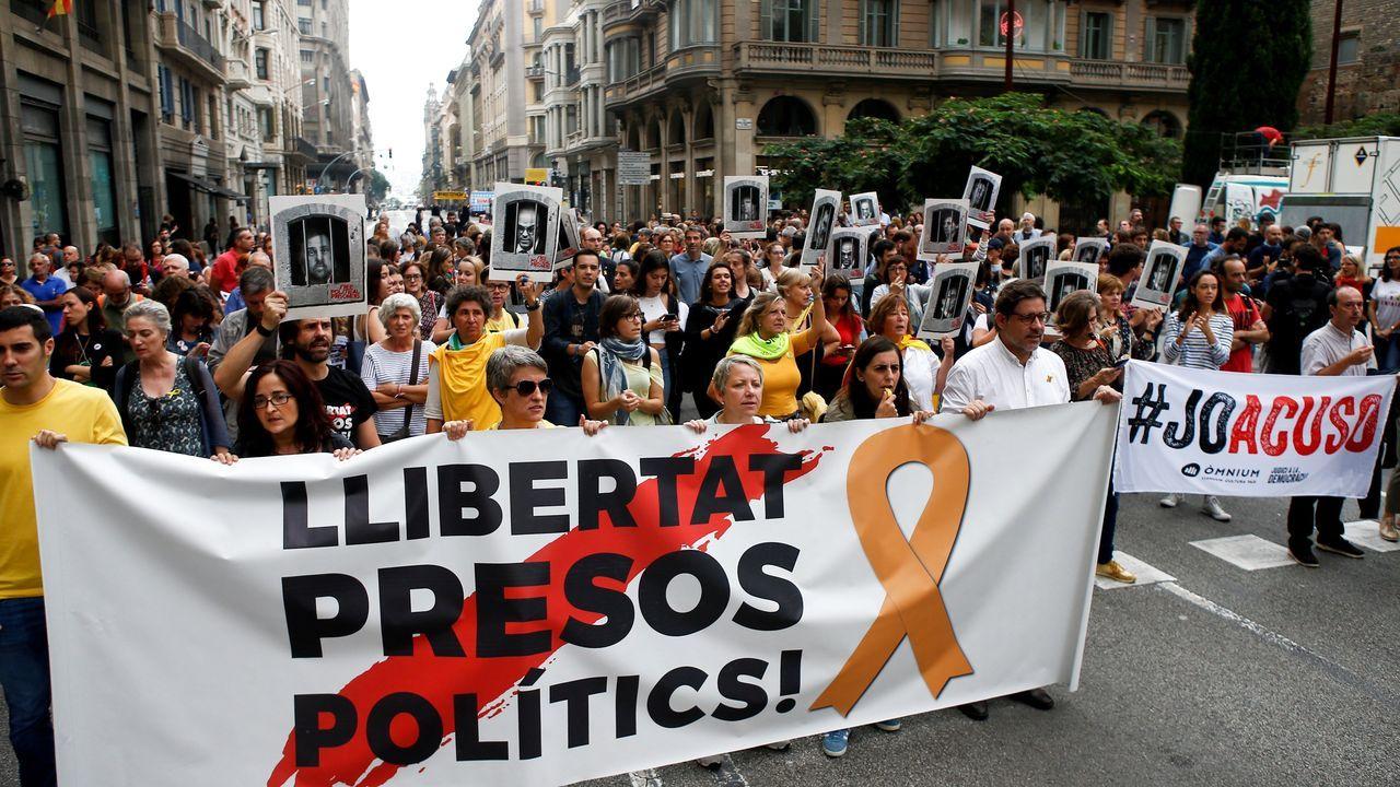 Centenares de personas cortan la céntrica Vía Laietana de Barcelona tras conocerse la sentencia del «procés»