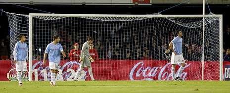 Aficionados del Celta arropan al equipo en la vuelta al trabajo.Los vigueses apenas podían reaccionar después de encajar el tanto del Valencia en la última jugada del partido, a escasos segundos del pitido final.