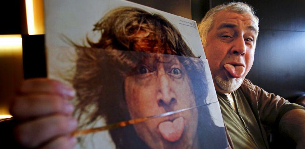 Rob posa con uno de sus discos favoritos de John Lennon, al que su madre describía como una «muy buena persona».