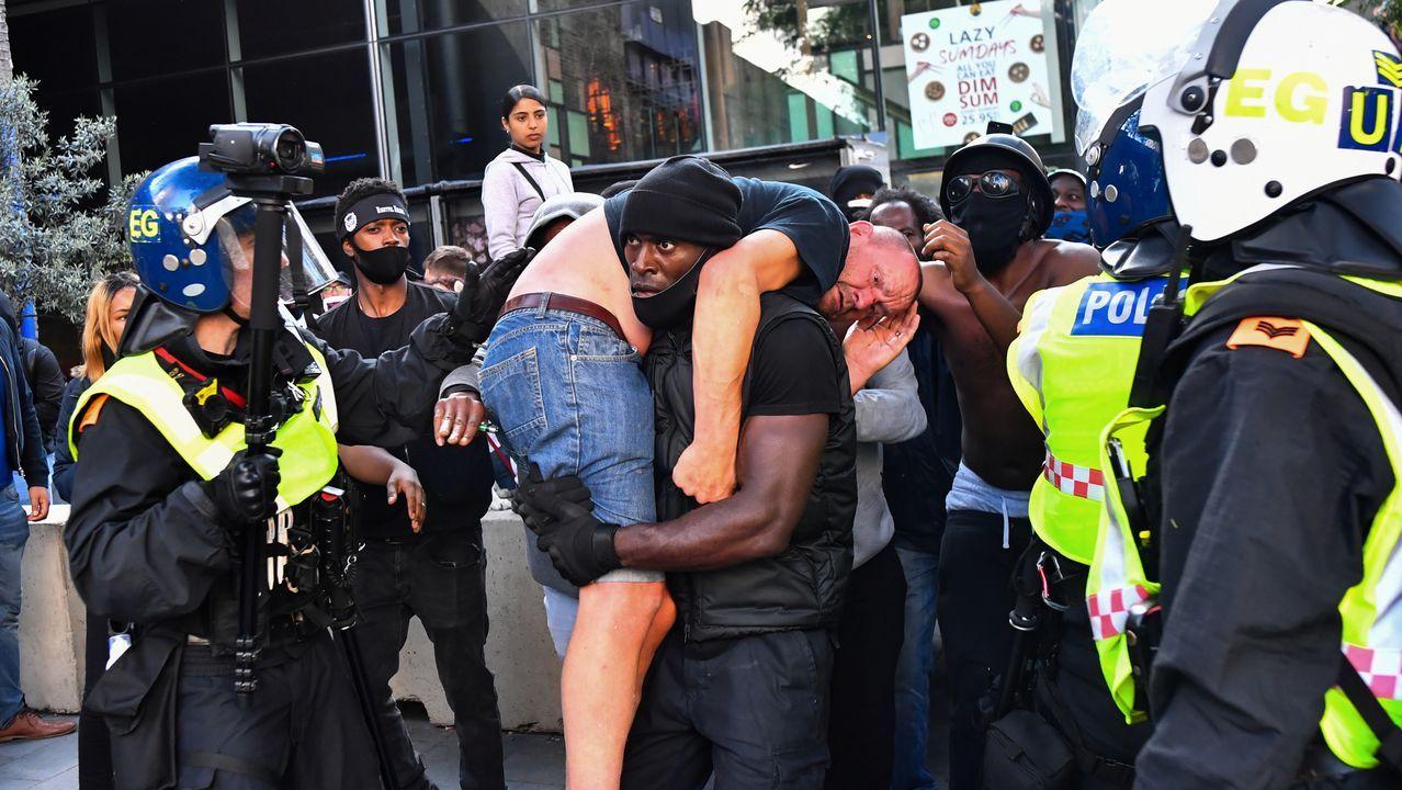 Un manifestante traslada a otro que resultó herido en las protestas en Londres