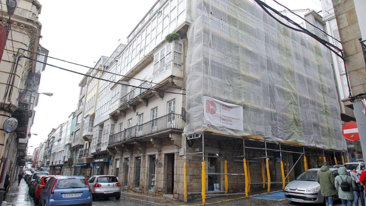 El edificio situado en la esquina de la calle Magdalena con A Coruña es de los pocos del barrio que conserva el balcón corrido típico del siglo XVIII