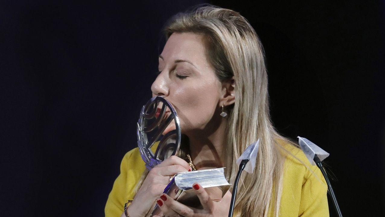 La escritora vitoriana Eva García Sáenz de Urturi besa la estatuilla que la acredita como ganadora del premio Planeta 2020