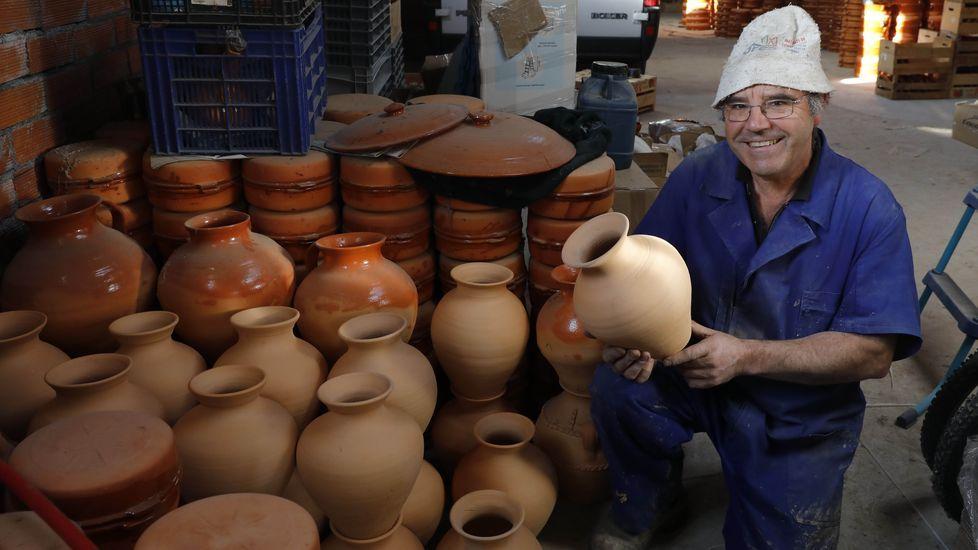 Domingo Lambedoiro en Chantada.Enrique Cabana elabora las vasijas que se lanzarán en el domingo oleiro de Xinzo