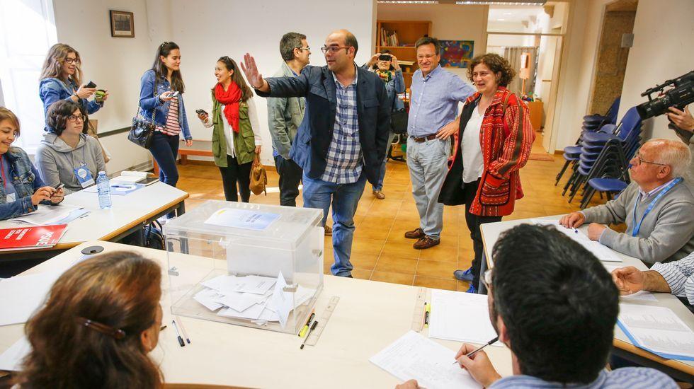 Vence llegó acompañado de Rubén Cela, el candidato del BNG en Santiago, quien, al igual que Martiño, también votó por correo.