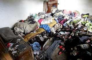 Una infravivienda con basura y ropa tirada, en imagen de archivo