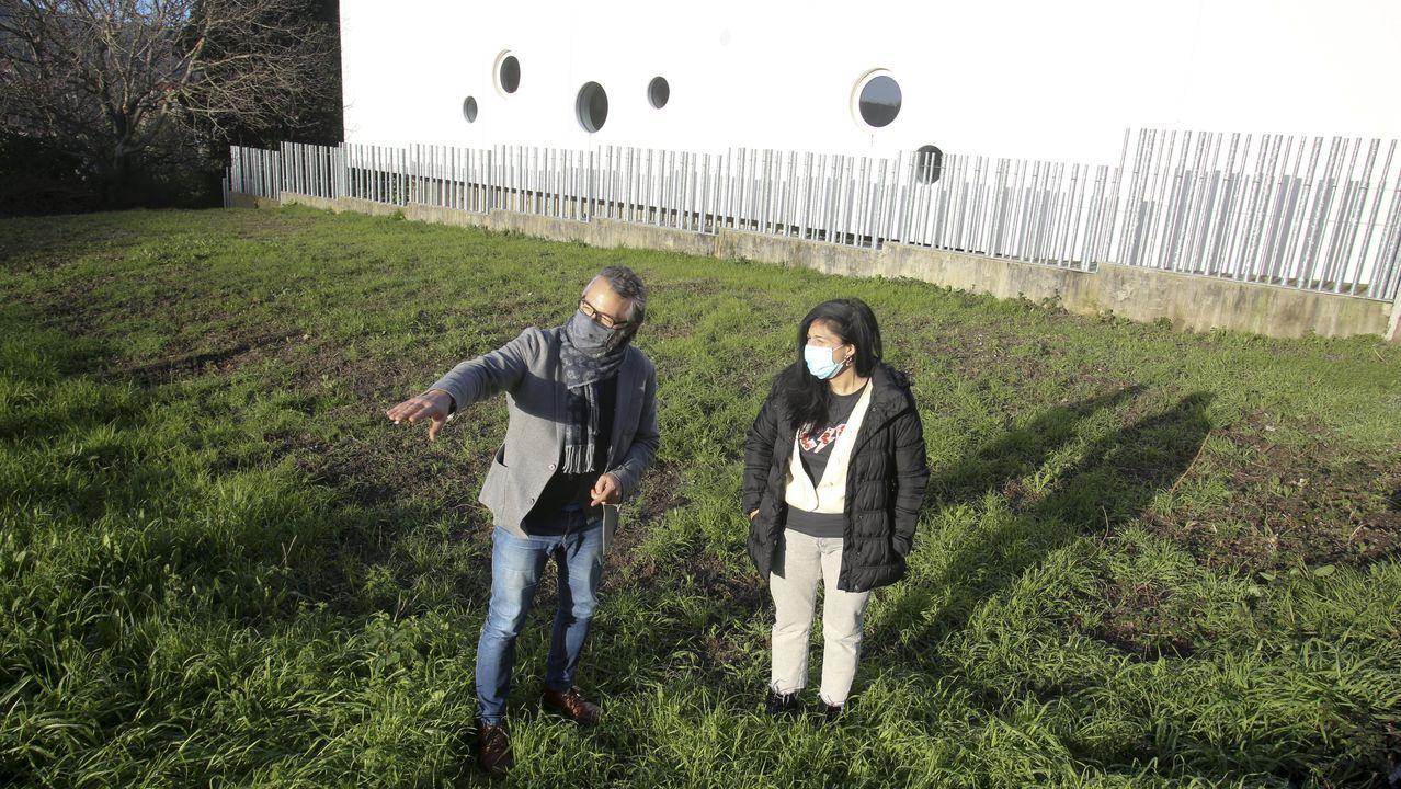 Roberto Taboada y Rosalía Fernández, en la parcela que cultivarán los pacientes de la AECC