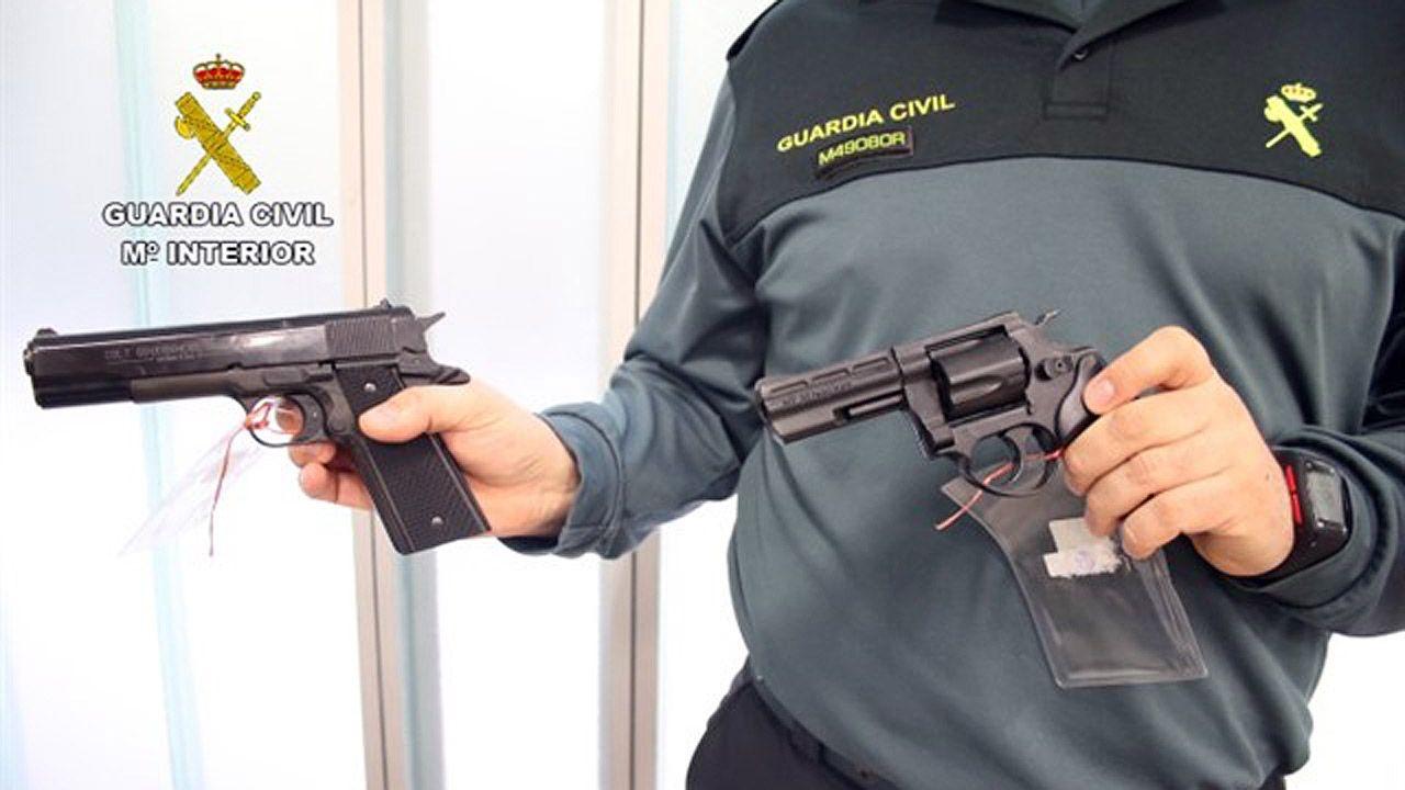Un guardia civil muestra dos armas cortas