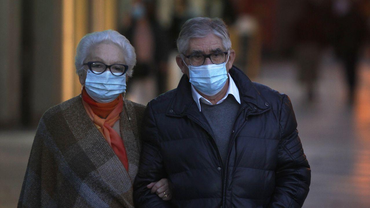 En directo: comparecencia del conselleiro de Sanidade.Dos personas con mascarilla