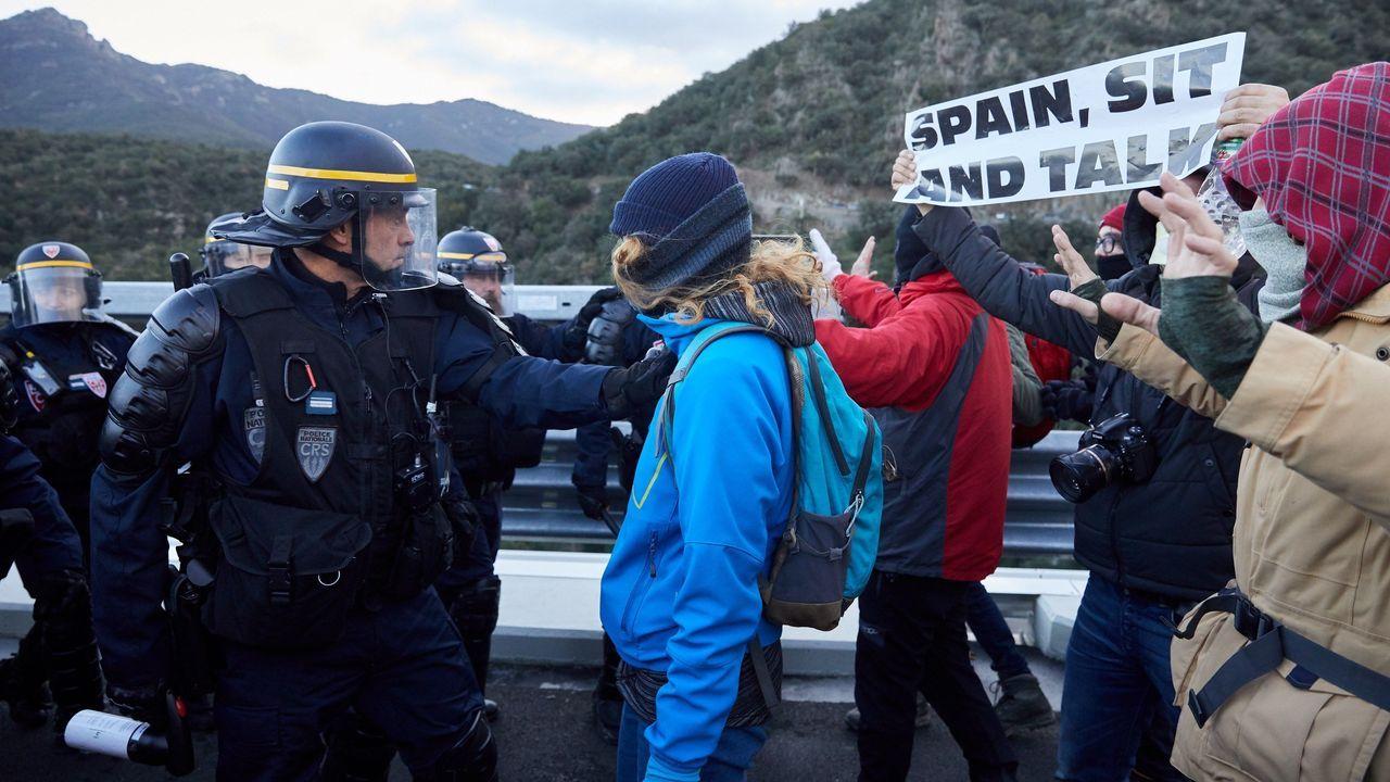 Tensión en la Junquera por el desalojo de los independentistas.Champagne trata de salvar una ocasión ante Zozulia